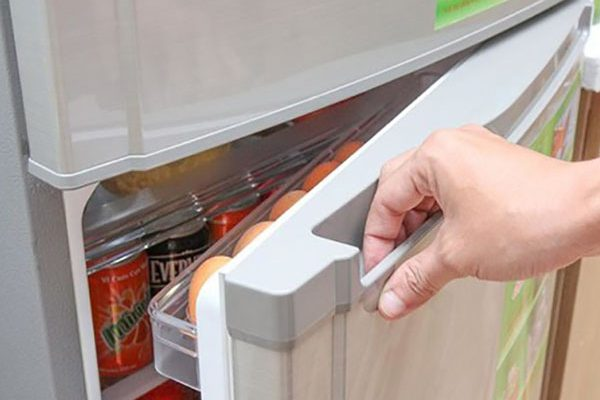 Để quá nhiều đồ có thể khiến tủ không đông đá được