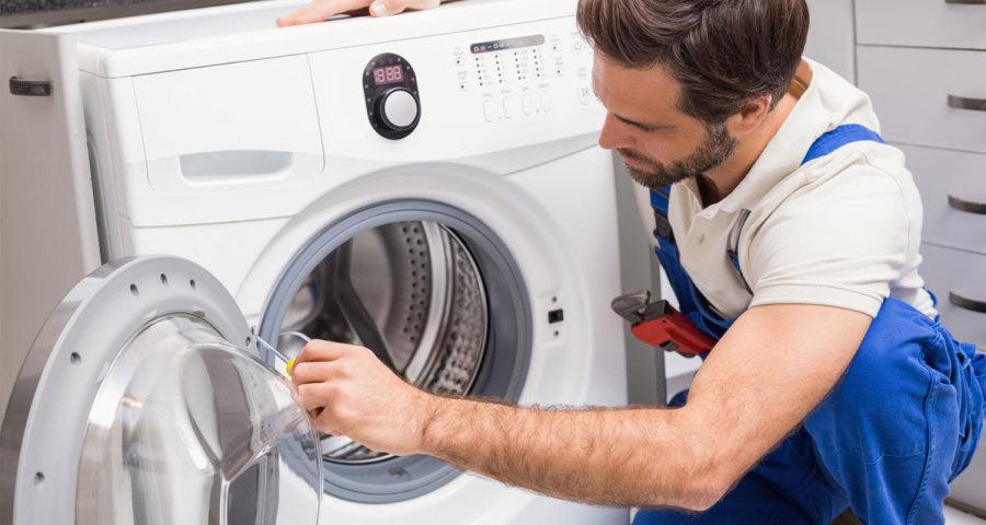 Máy giặt hỏng sẽ khiến những bà nội trợ gặp phải khó khăn khi giặt giũ