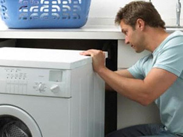 Thợ sửa chữa tại Trung tâm điện lạnh Đức Hưng sẽ giúp chiếc máy giặt nhà bạn nhanh chóng hoạt động trở lại.