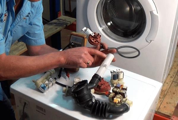 Liên hệ với trung tâm để khắc phục tình trạng xả hết nước trong máy giặt