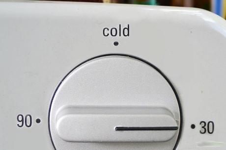 Sử dụng nhiệt độ thường khi giặt quần áo