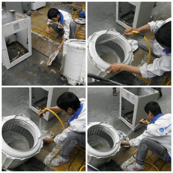 Tiến hành vệ sinh hộp chứa giặt bằng cách giội nước vào