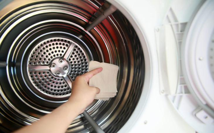 Vệ sinh lồng giặt thường xuyên để tránh những ẩm mốc và vi khuẩn gây hại.