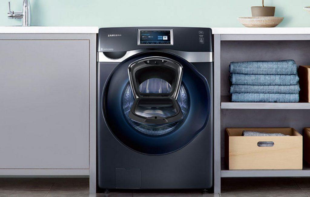 Ném máy giặt, lò nướng cũ là phong tục độc đáo của Italy vào đầu năm mới