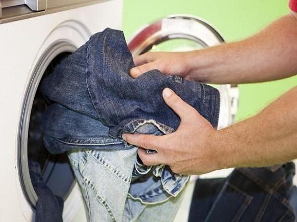 Giặt quần jean thường xuyên là một thói quen sai lầm