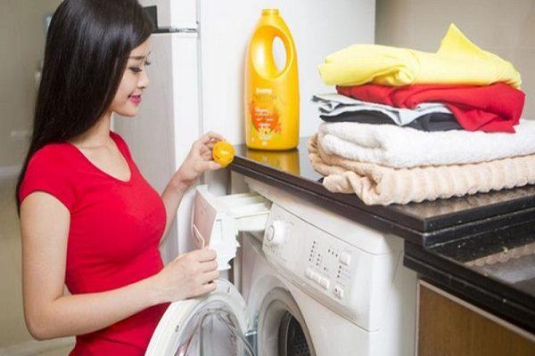 Cách cho nước xả vải vào trong máy giặt