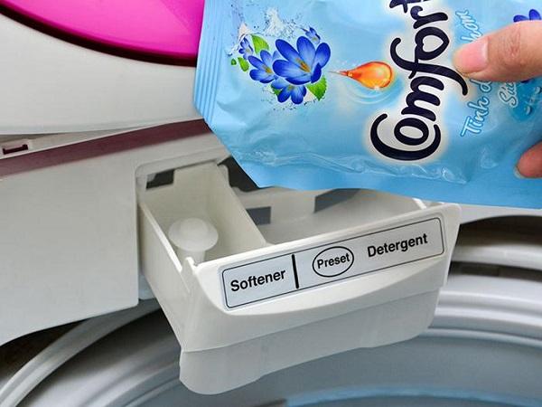 Cho nước xả vải vào đúng khay chứa nước xả
