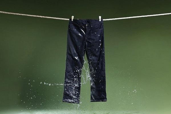 Phơi khô tự nhiên quần jean đen để tránh phai màu