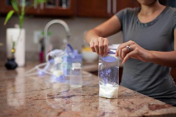 Không để sữa mẹ quá lâu trong điều kiện thường sau khi vắt xong