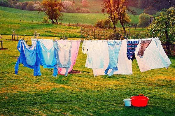 Vắt quần áo bằng máy giặt Sanyo giúp quần áo nhanh khô và thơm tho hơn