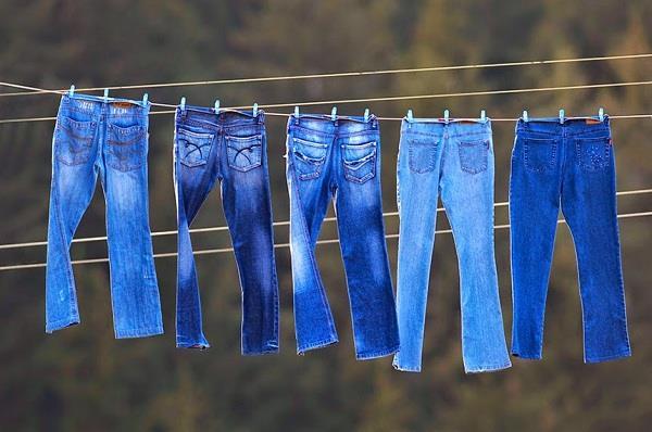 Không nên phơi quần jean dưới ánh nắng mặt trời